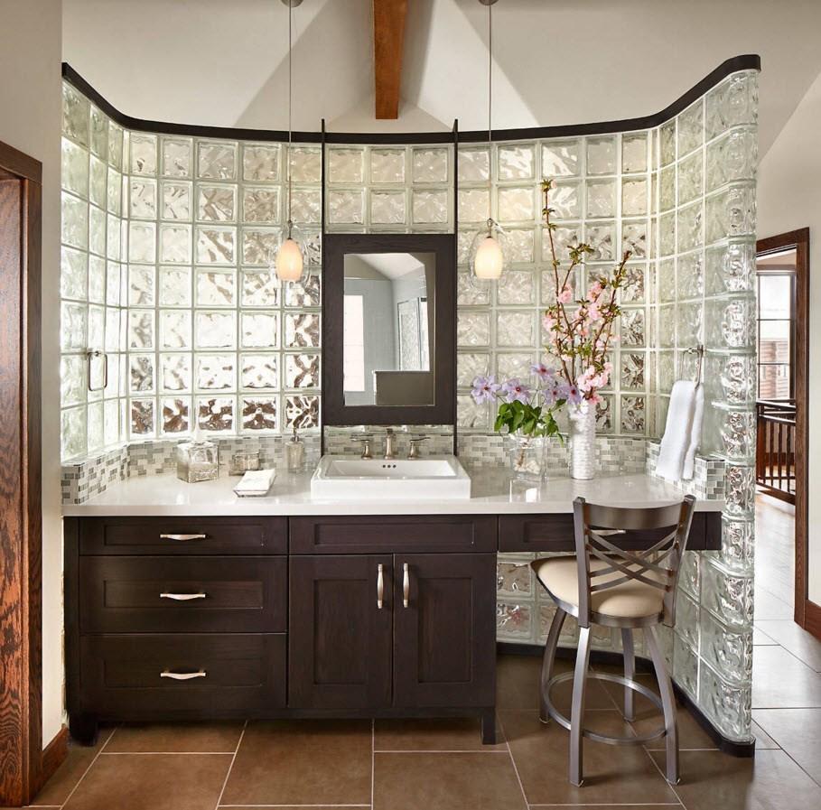 Перегородка в ванной из стеклянных блоков