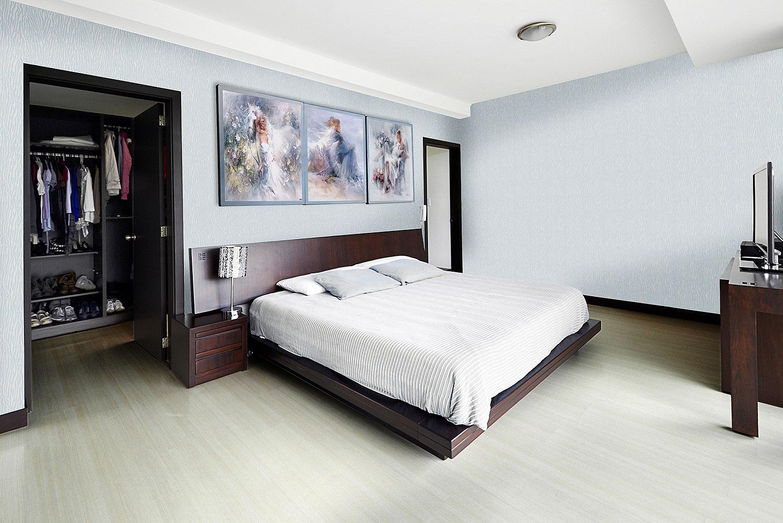 Голубые стеклообои в спальне