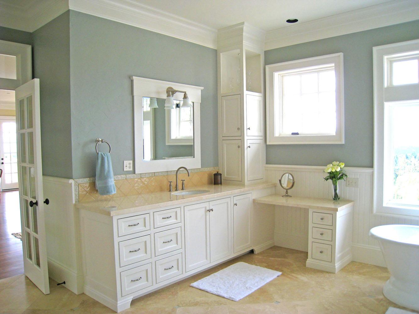 Светлая краска на стене ванной