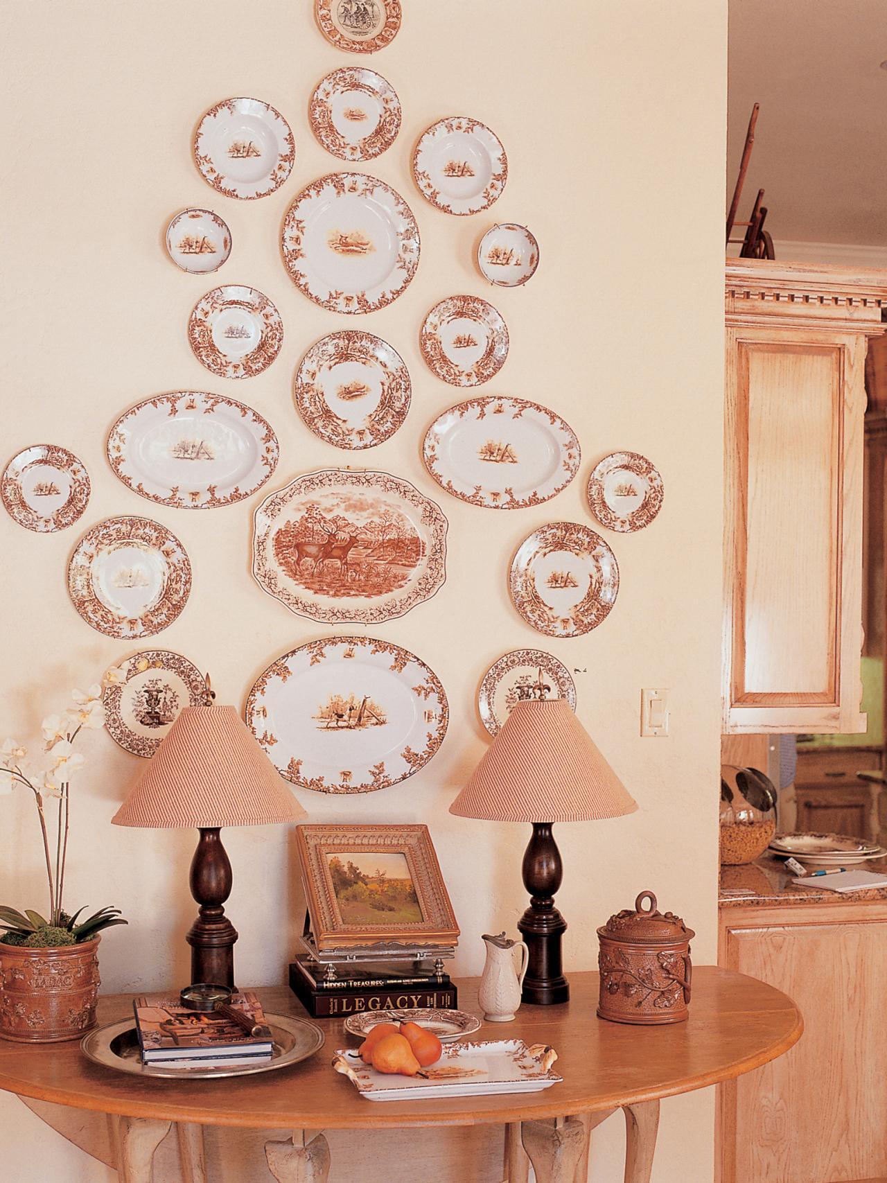 Тарелки на стене в классическом интерьере