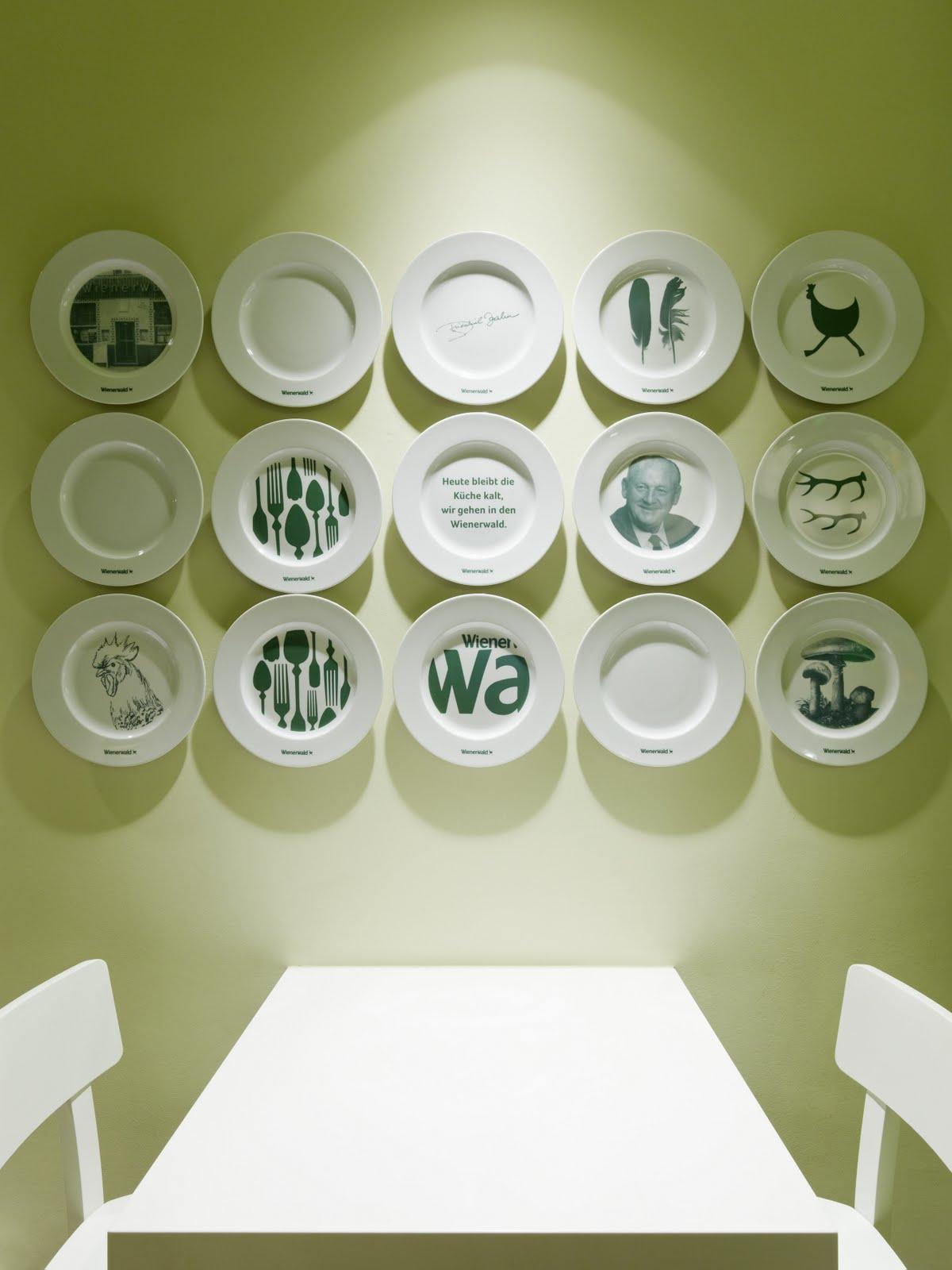 Светлые симметрично расположенные на стене тарелки