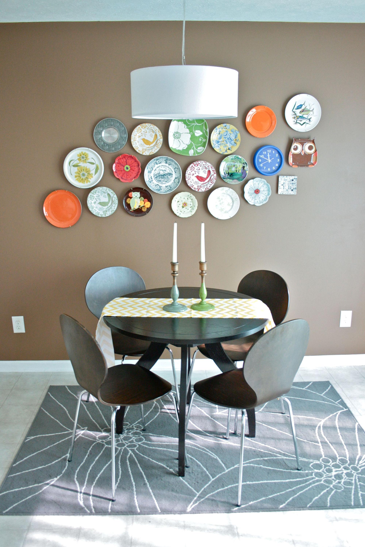 Тарелки на стене в ретро интерьере