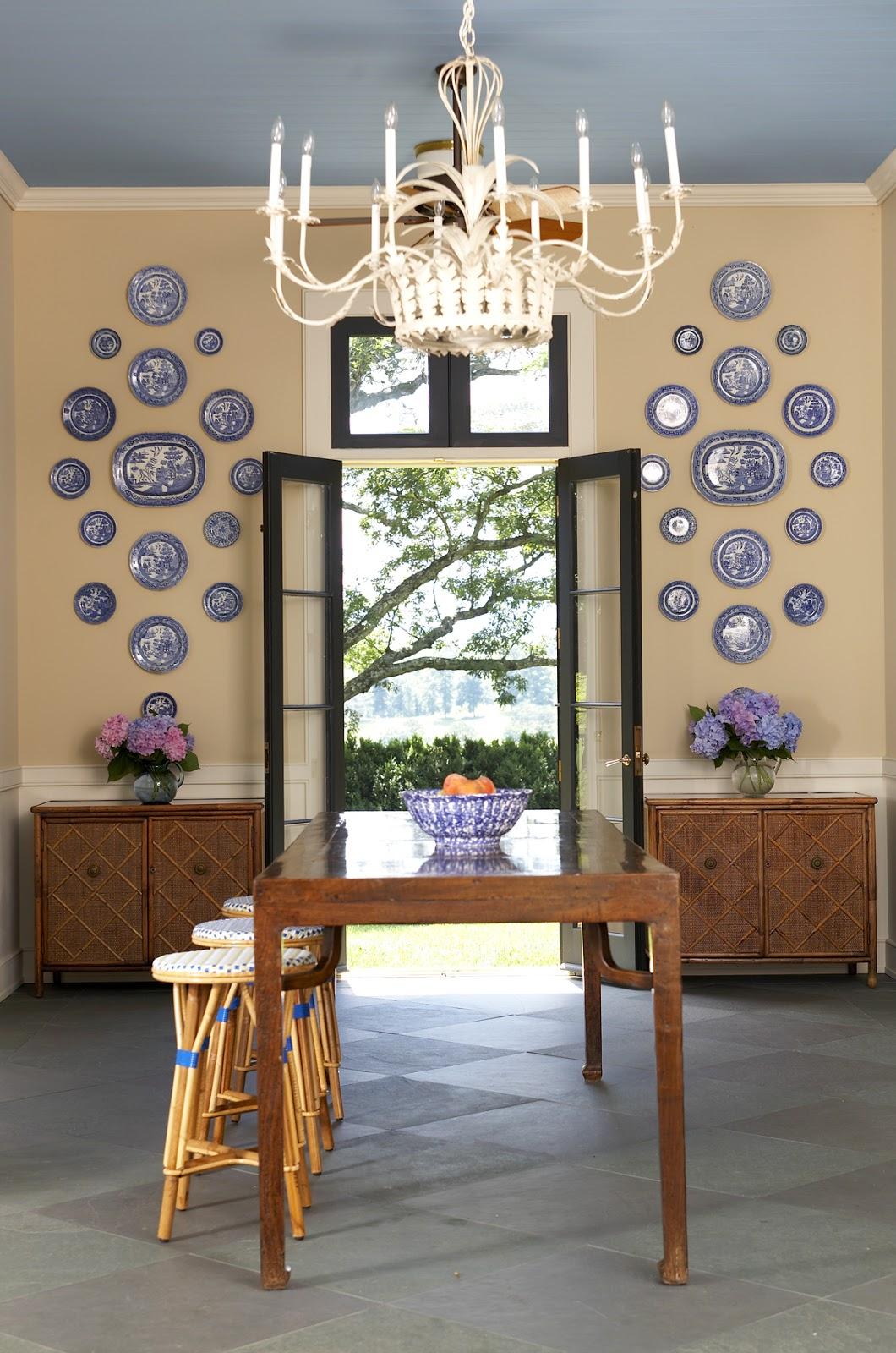 Бело-синие тарелки на стене около дверей