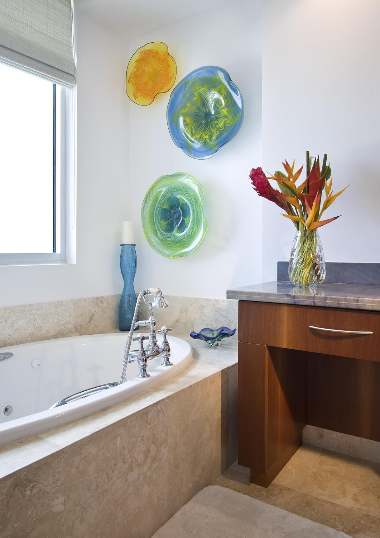 Тарелки на стене в ванной