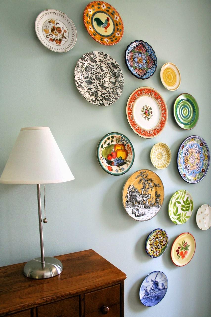 Тарелки на стене в гостиной