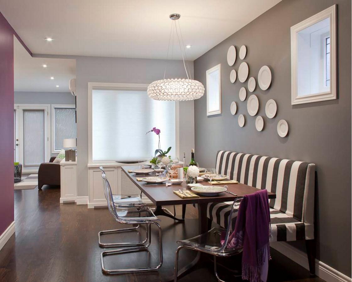 Тарелки на стене в серо-белой столовой
