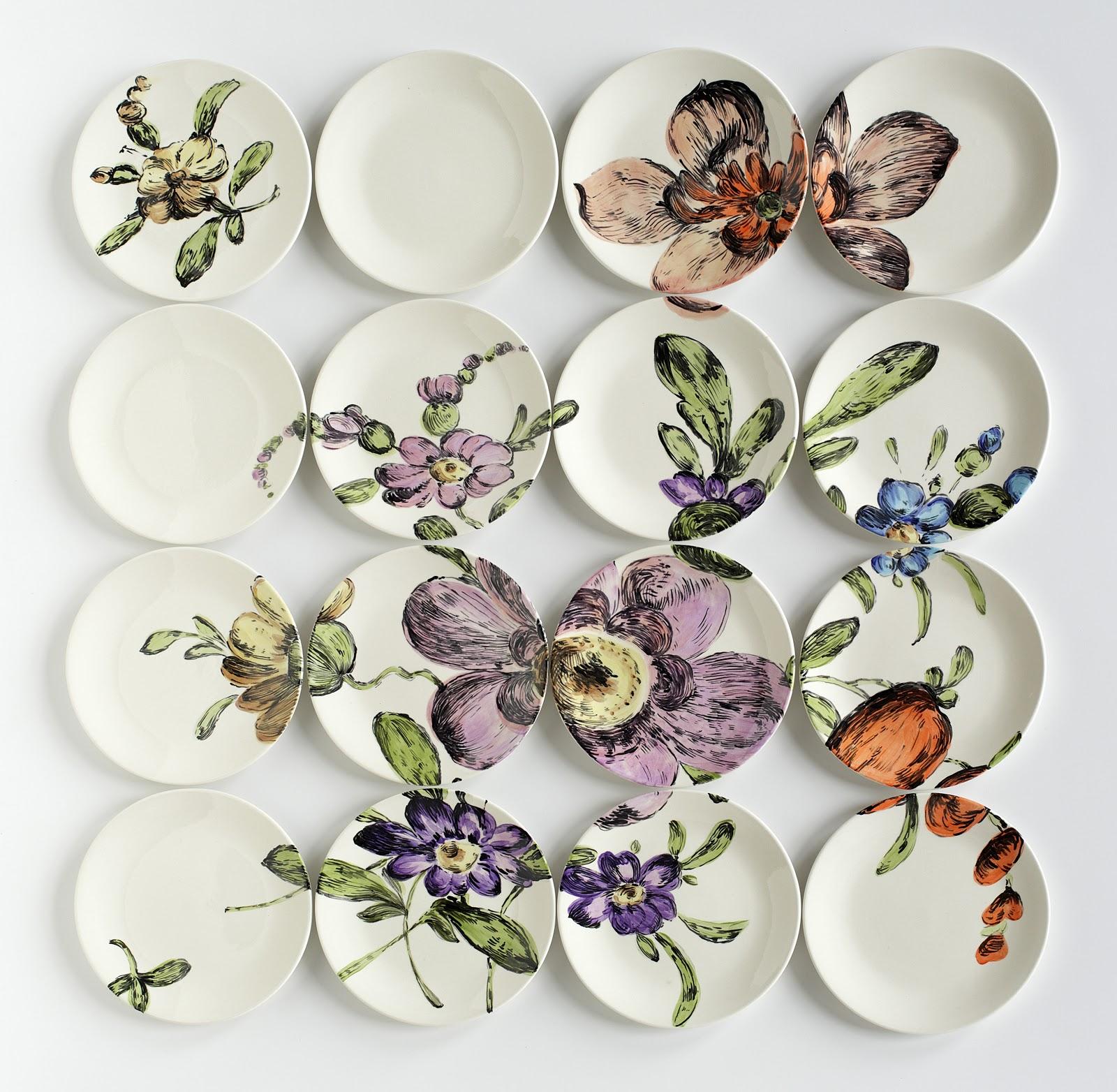 Красивые симметрично расположенные на стене тарелки