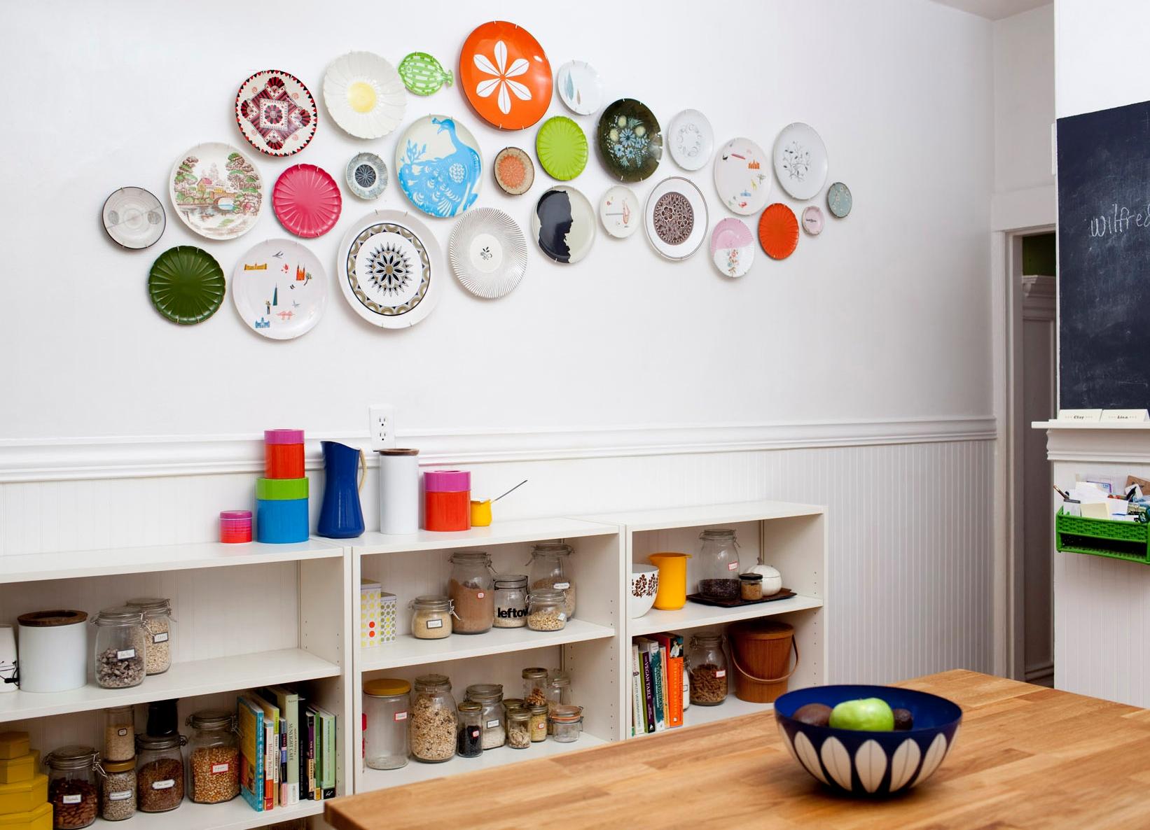 Яркие тарелки на стене в интерьере кухни