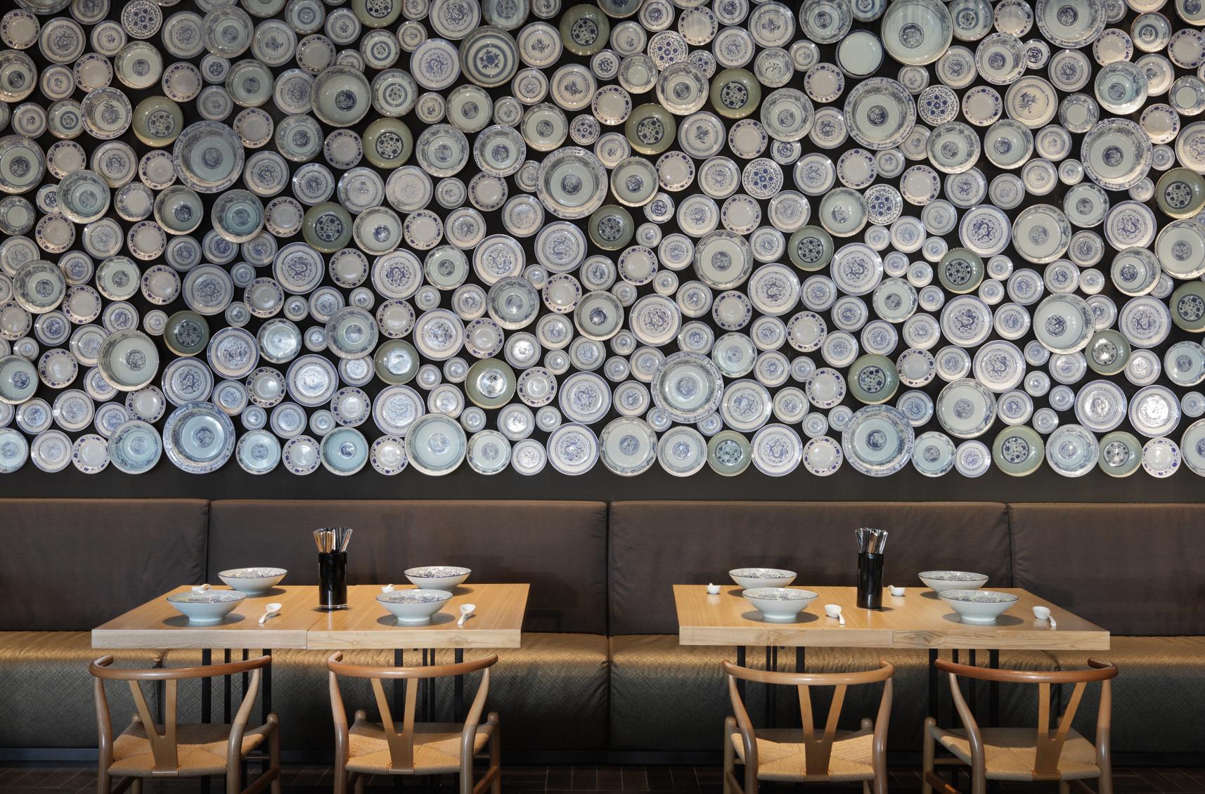 Бело-синие тарелки на стене в кафе