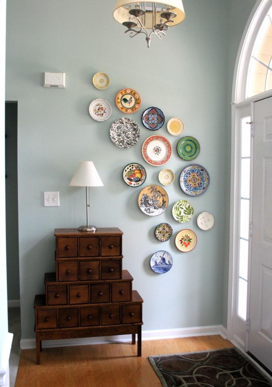 Тарелки на стене в интерьере прихожей