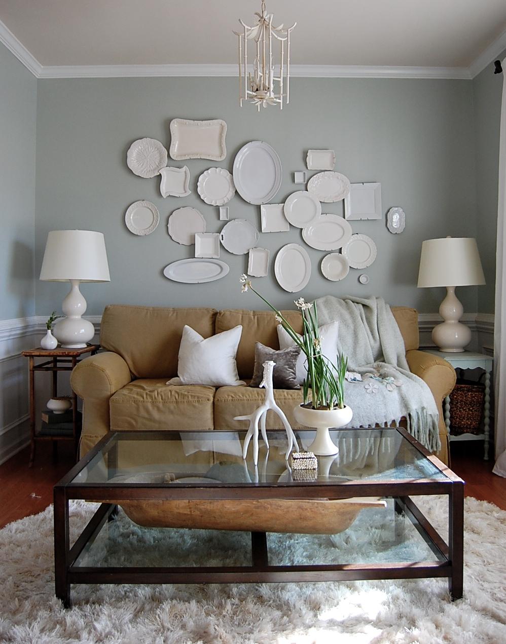 Белые тарелки на стене в гостиной