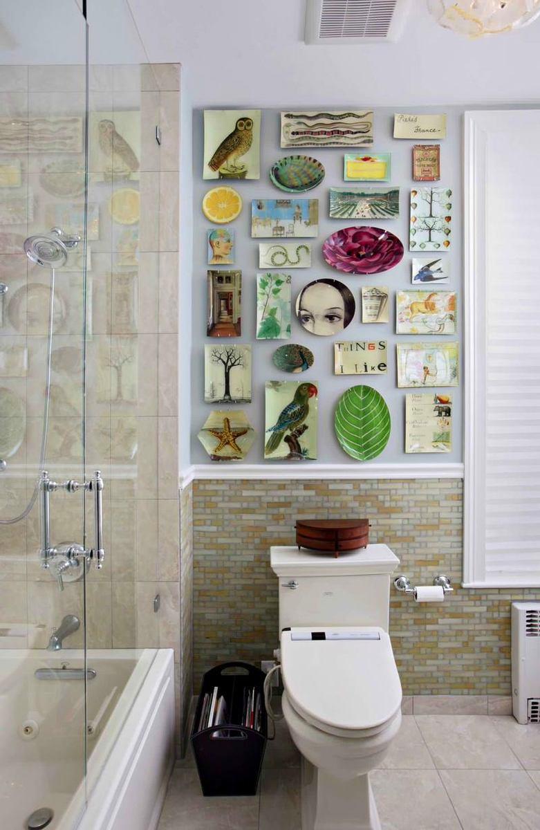 Необычные тарелки на стене в ванной