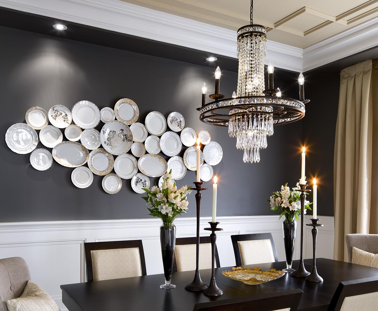 Тарелки на стене в роскошной столовой