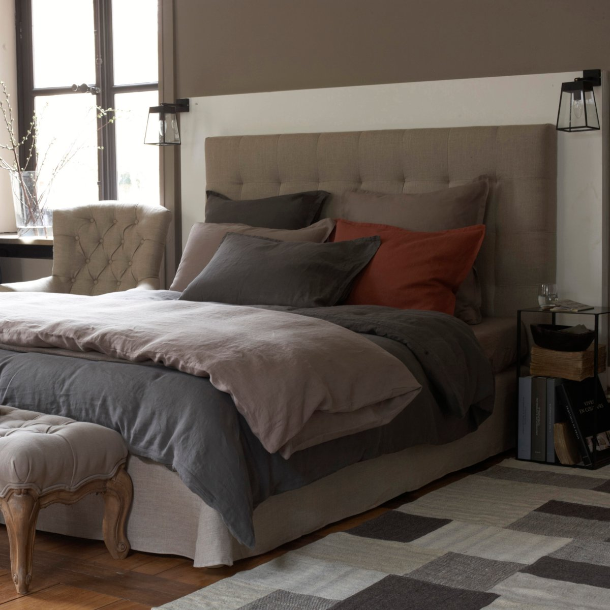 Кровать с мягким изголовьем текстильным