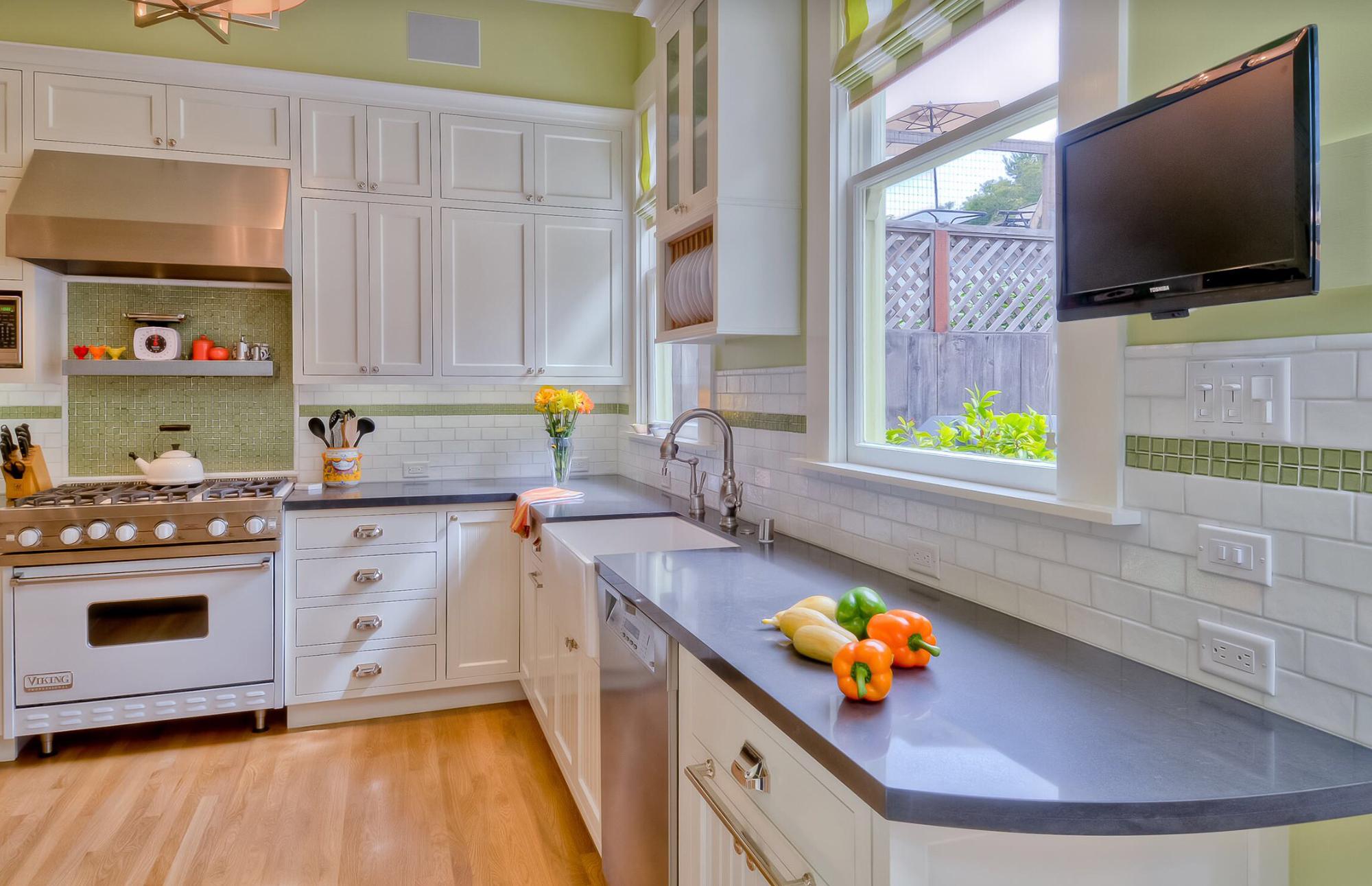 Телевизор в интерьере просторной кухни