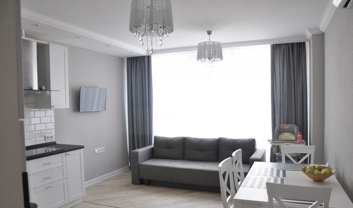 Телевизор на стене в дизайне кухни