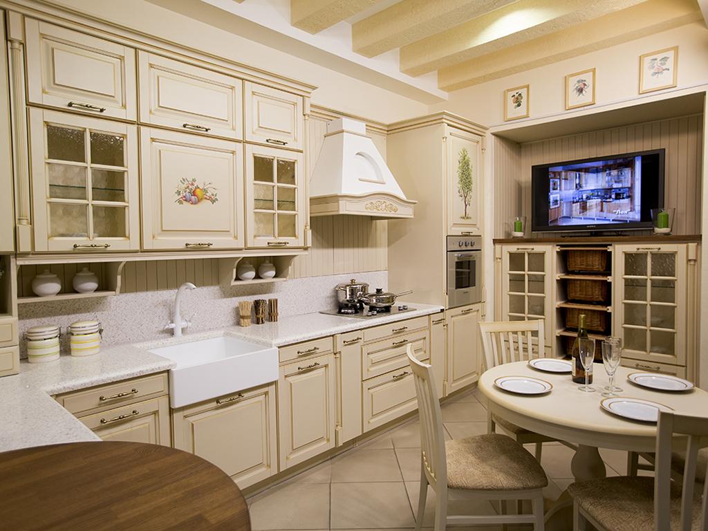 Высоко установленный телевизор на кухне