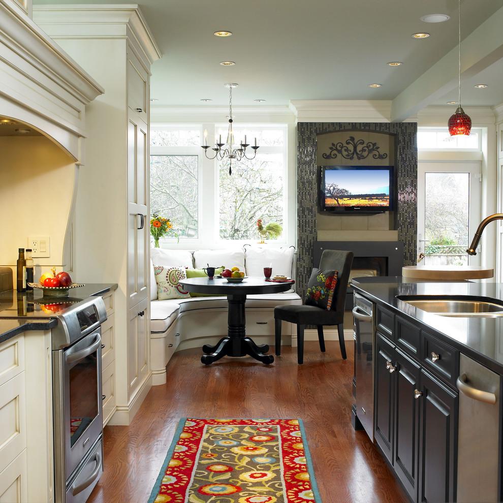 Телевизор в интерьере большой кухни