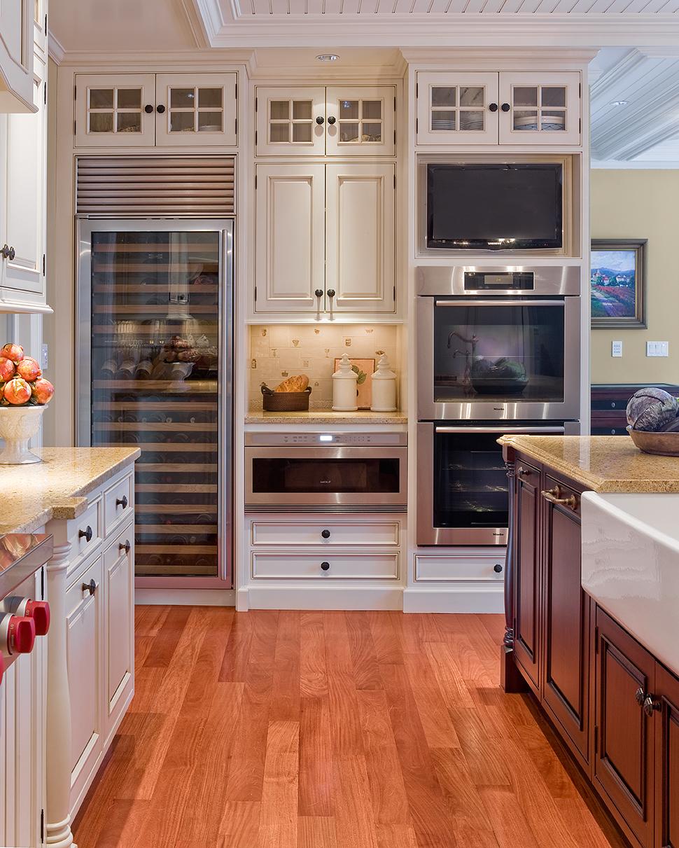 Телевизор в уютной кухне