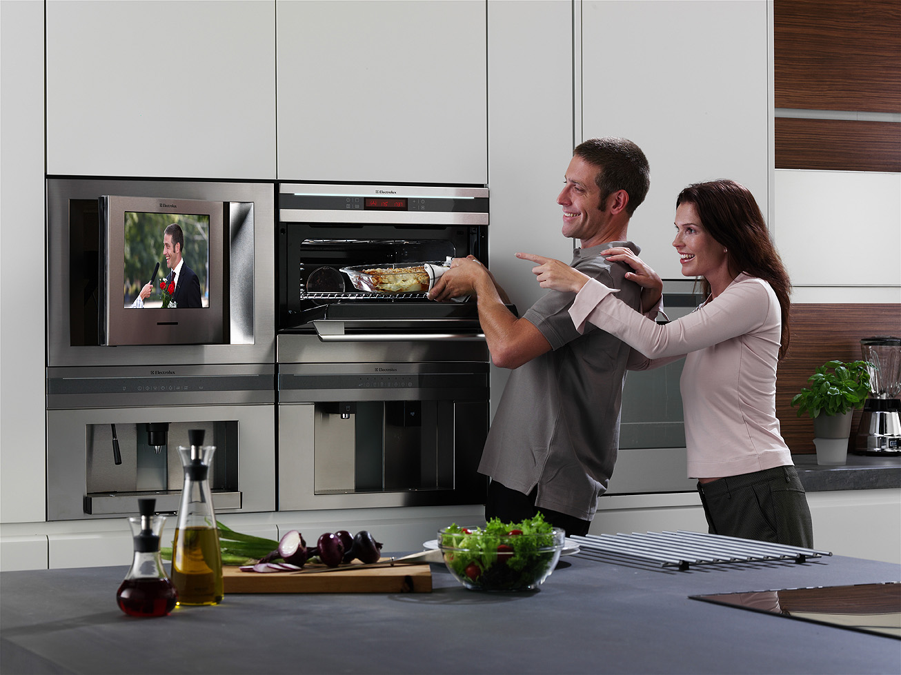 Телевизор в современной кухне