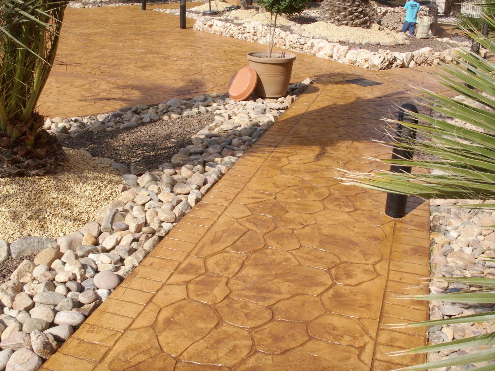 Дорожка из бетона под камень