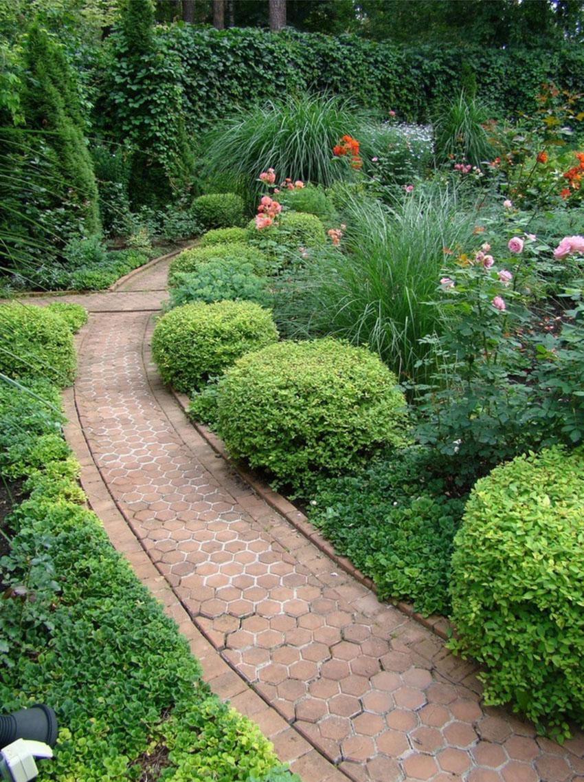 Красивая дорожка в саду