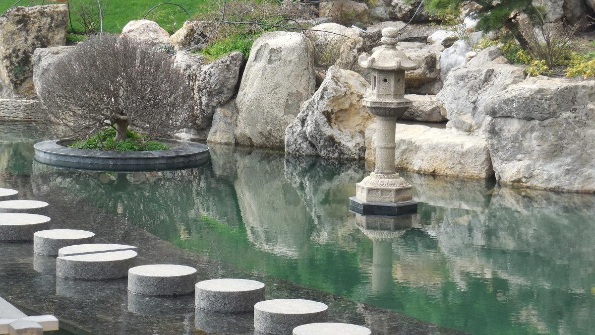 Необычная каменная дорожка в саду