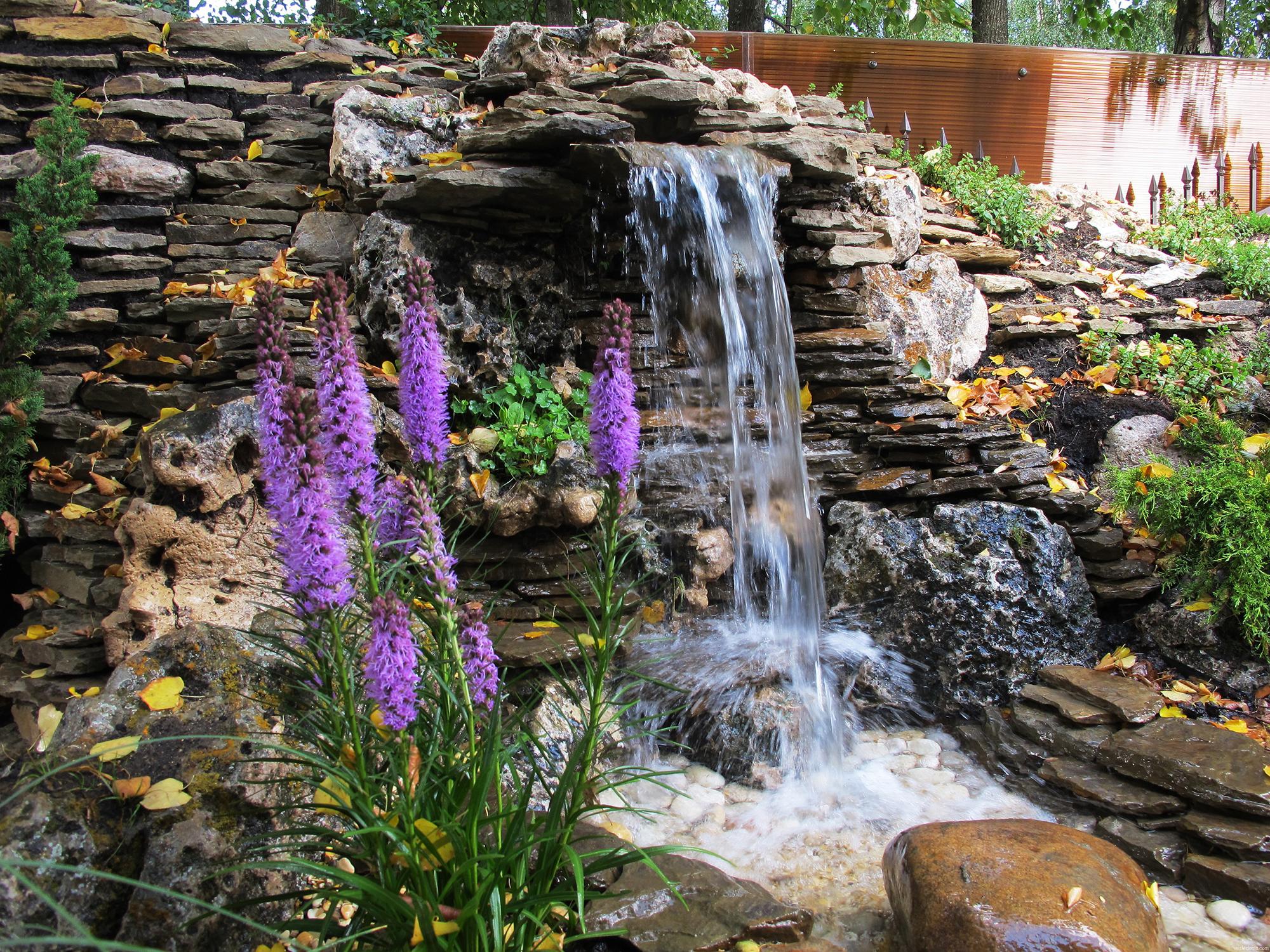 Большой водопад на участке дома