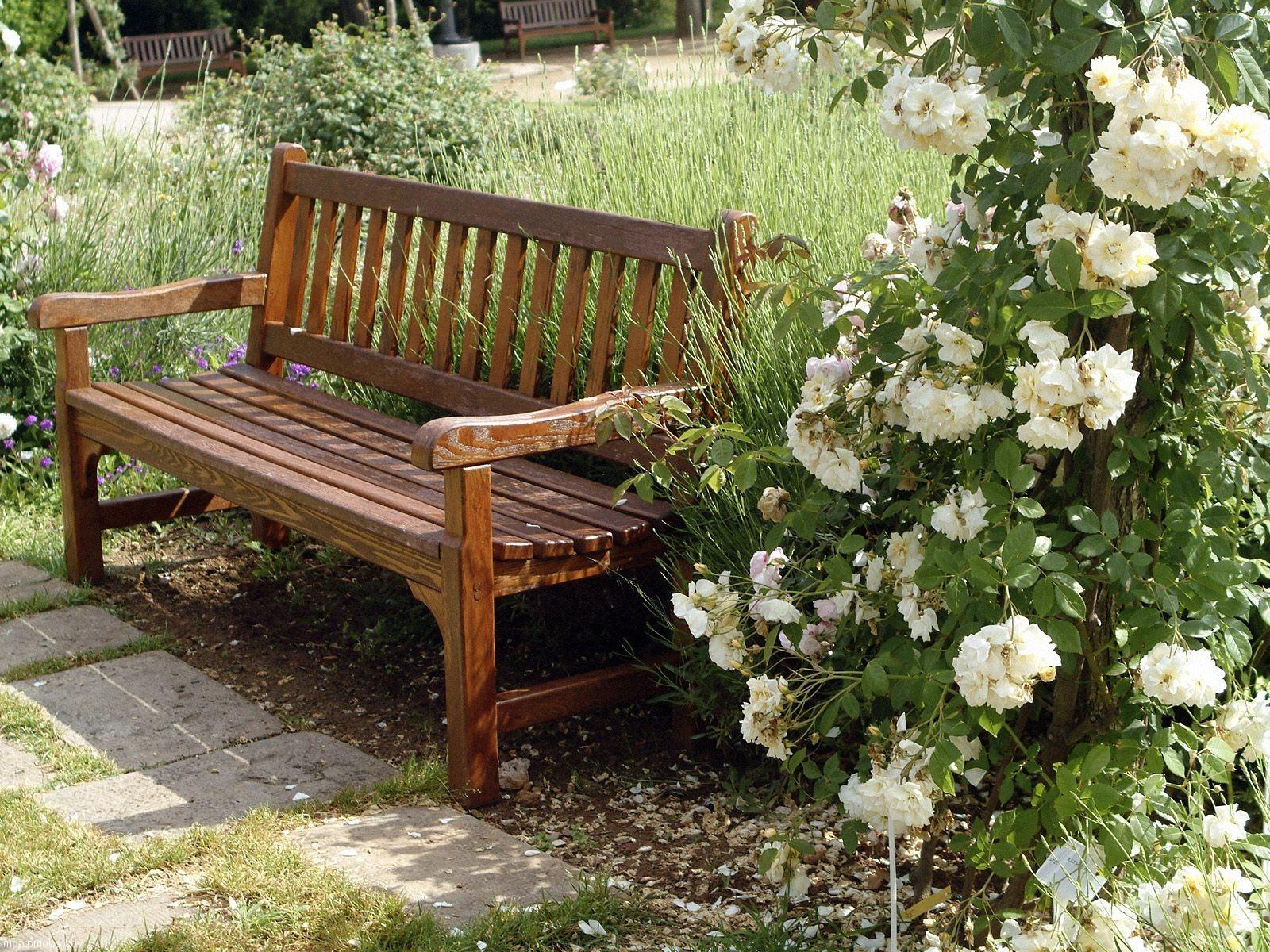 Деревянная скамейка на участке