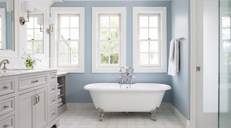 Бело-голубая ванная комната без унитаза