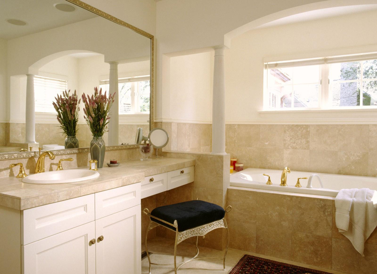 Бело-бежевая ванная комната без унитаза