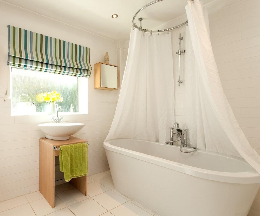 Точечное освещение в белой ванной комнате без унитаза