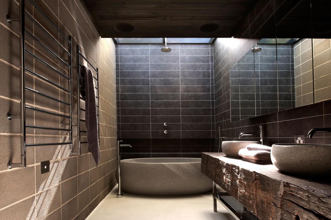 Каменная ванна и плитка в интерьере