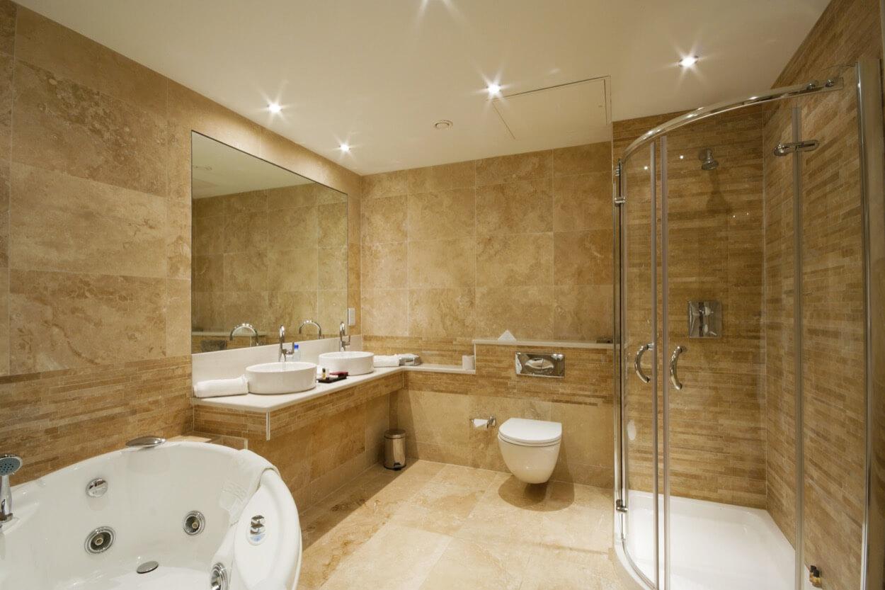 Бежевый камень в дизайне ванной