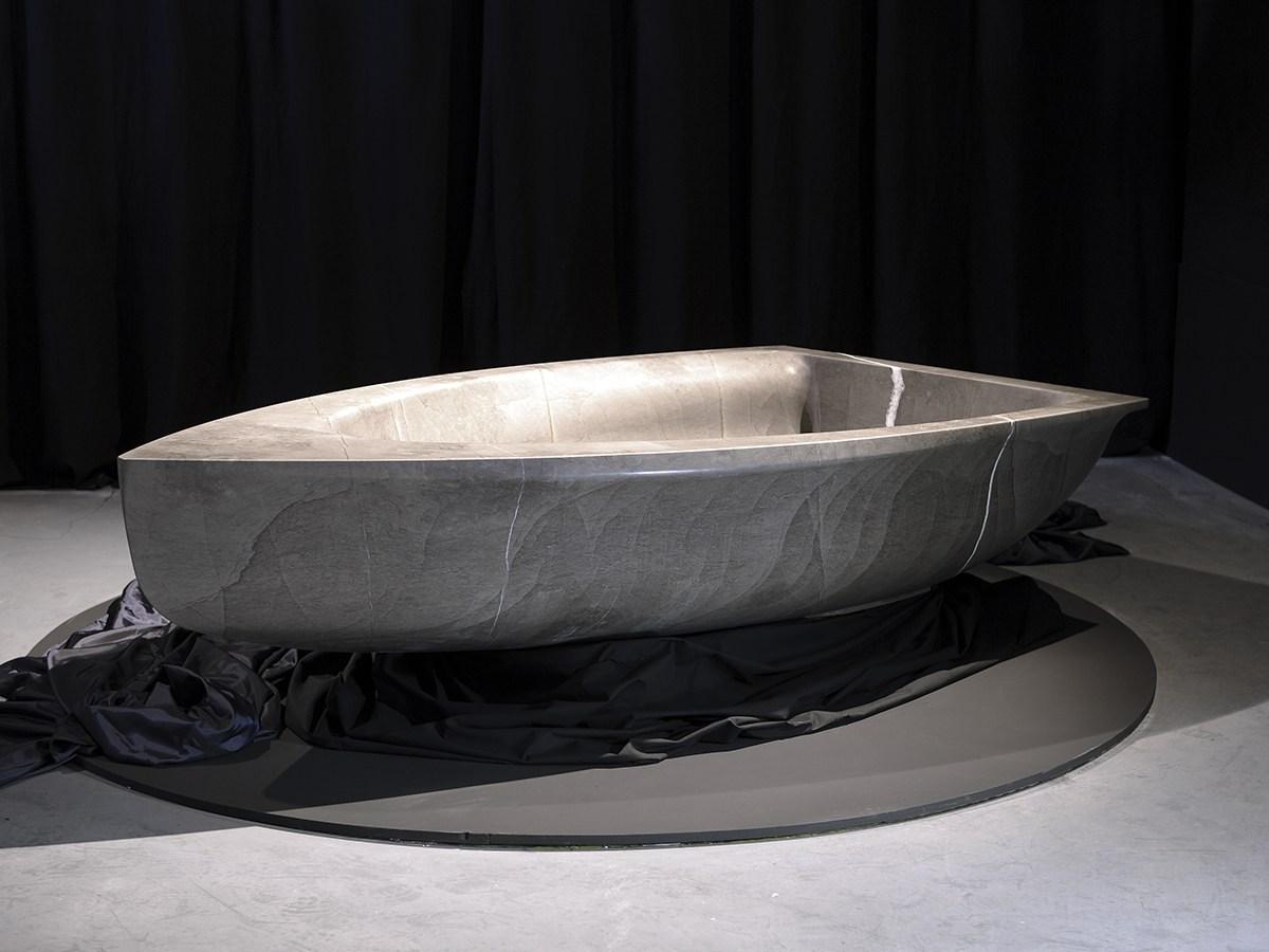 Треугольная каменная ванна