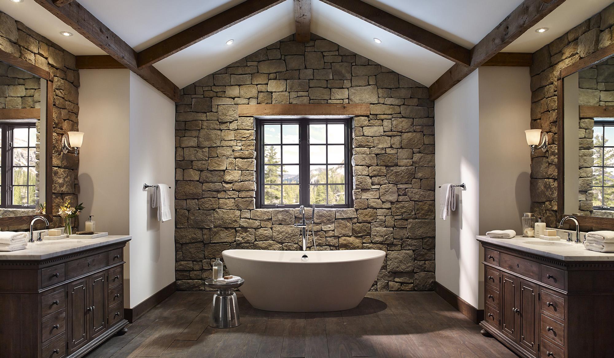 Каменная отделка стен в ванной в частном доме
