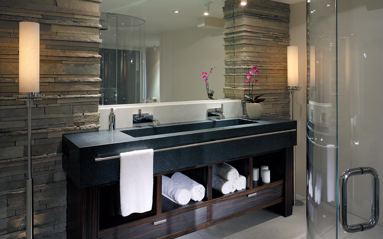 Декоративный камень в отделке стены ванной комнаты