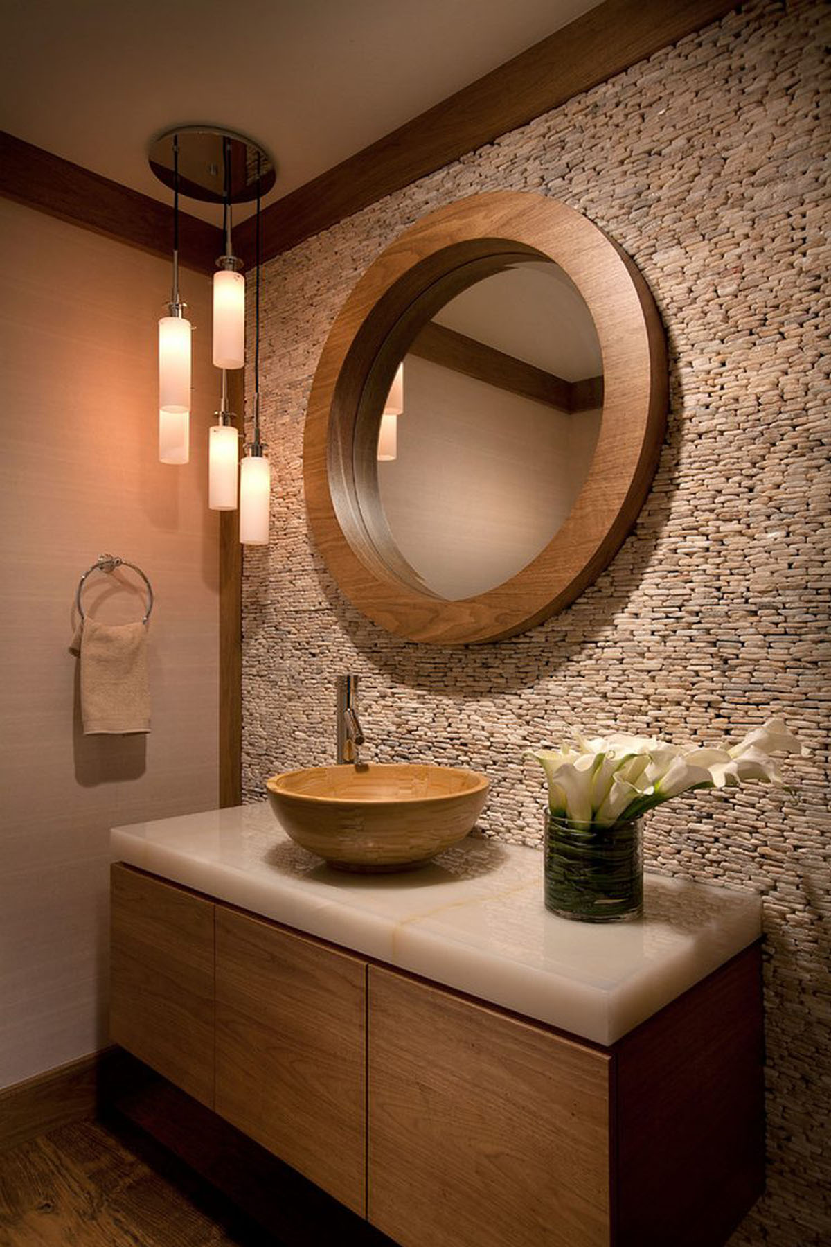 Отделка стены мелким камнем в ванной
