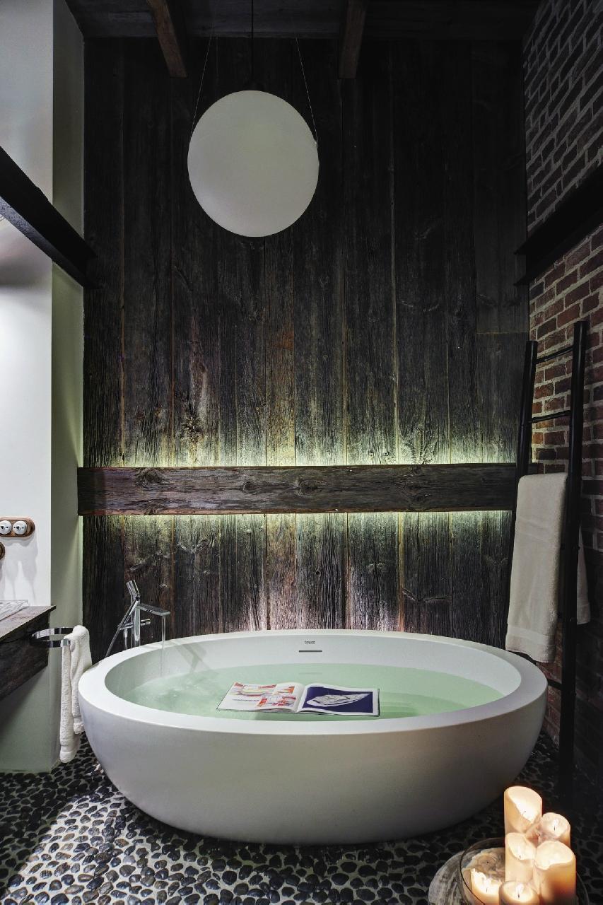 Ванная в стиле лофт с деревянной отделкой