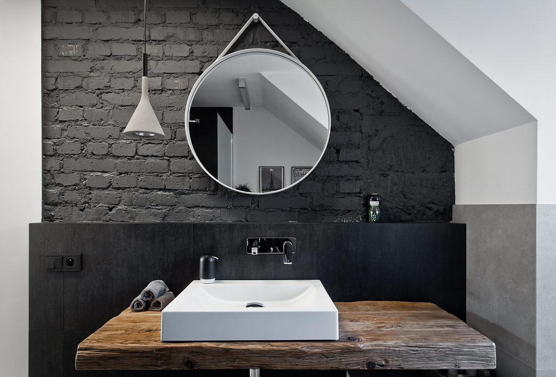 Черная кирпичная стена в ванной в стиле лофт
