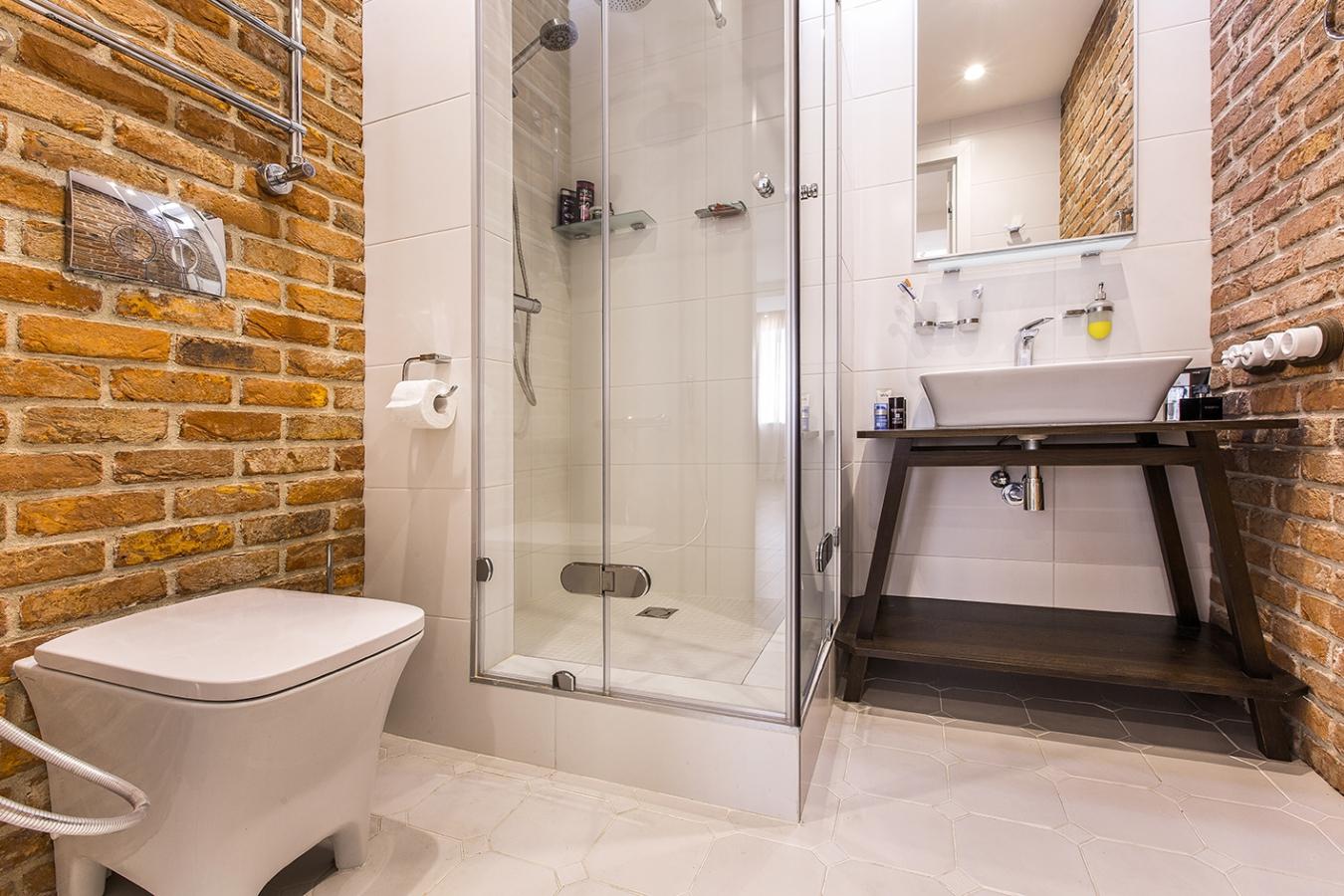 Уютная ванная комната в стиле лофт с кирпичными стенами