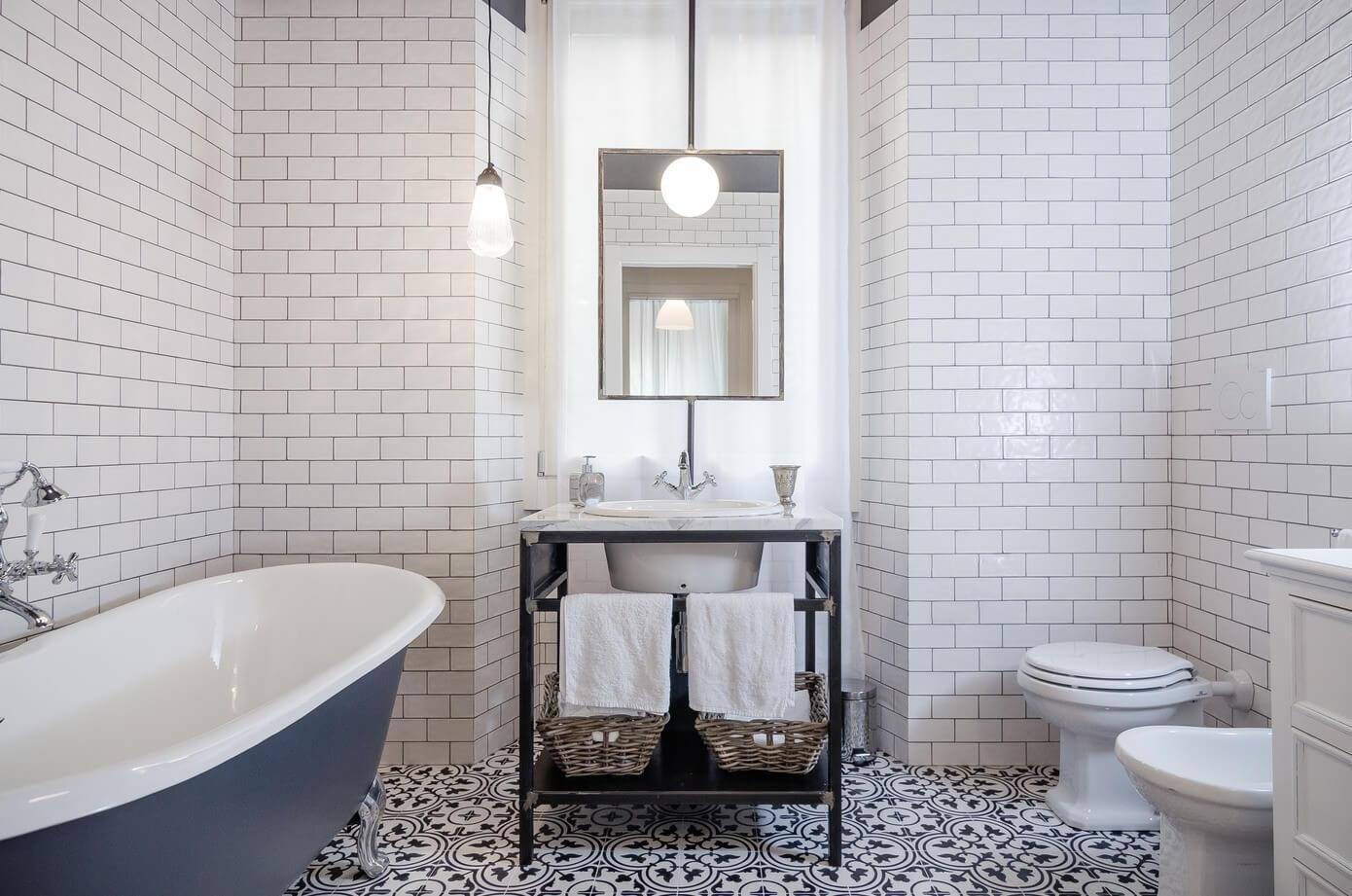 Светлая ванная комната в стиле лофт