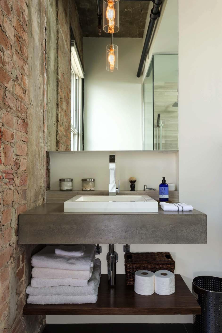 Ванная комната в стиле лофт с кирпичной стеной