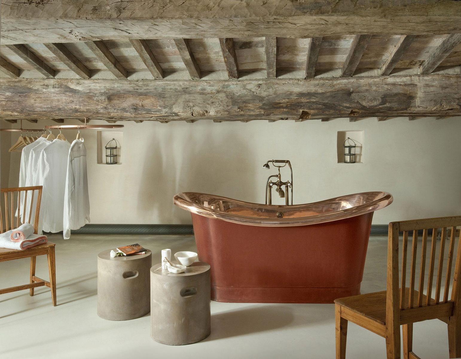 Ванная в стиле лофт с деревянным потолком