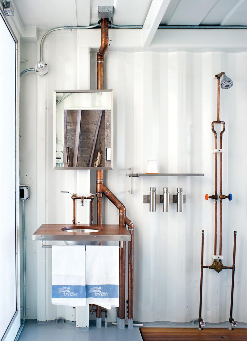 Бело-коричневая ванная комната в стиле лофт