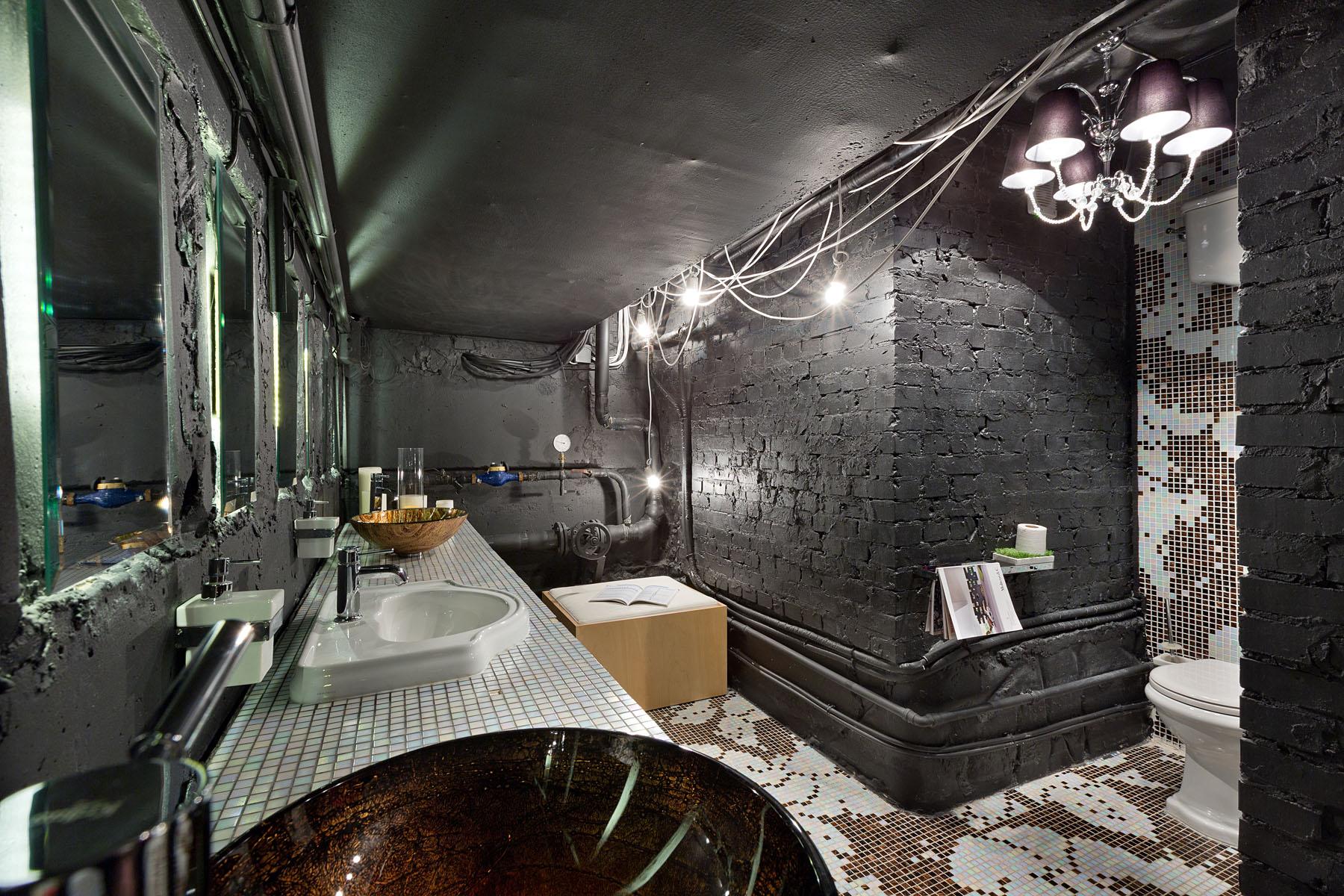 Ванная в стиле лофт с черными стенами и потолком