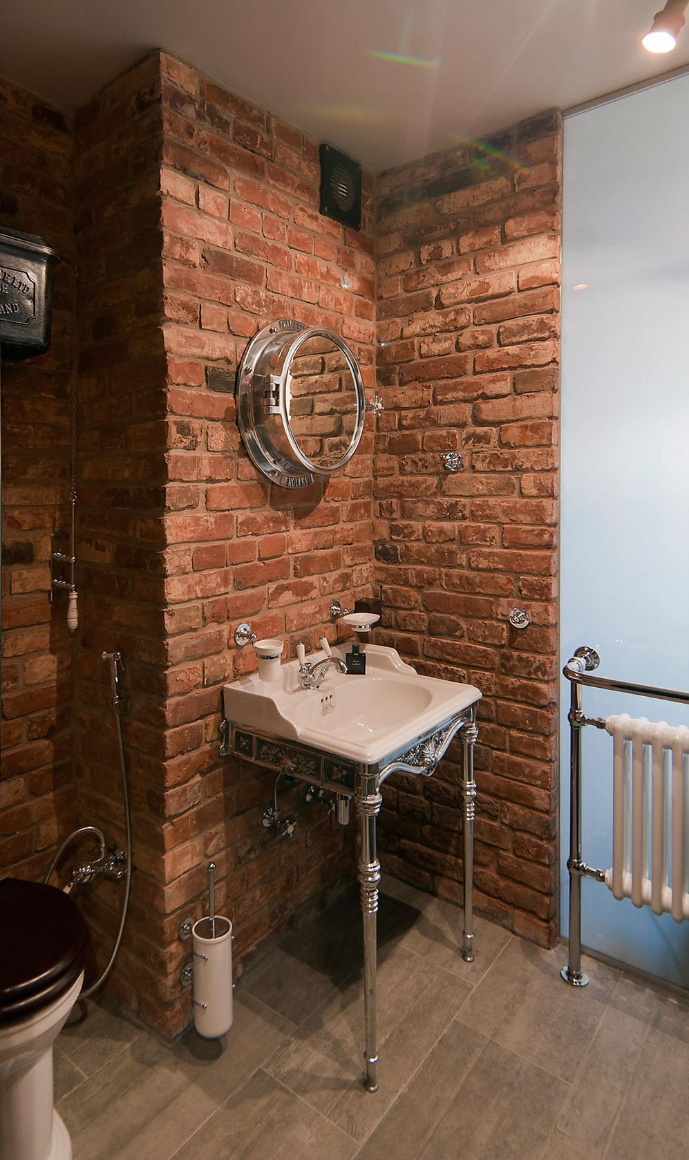 Ванная в стиле лофт с серебристыми аксессуарами