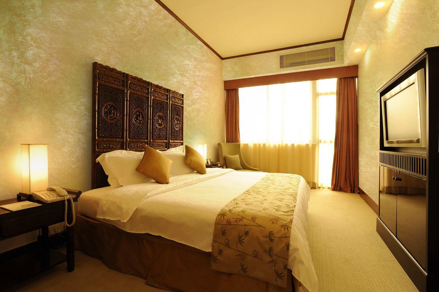 Золотистая шпаклевка в отделке спальни
