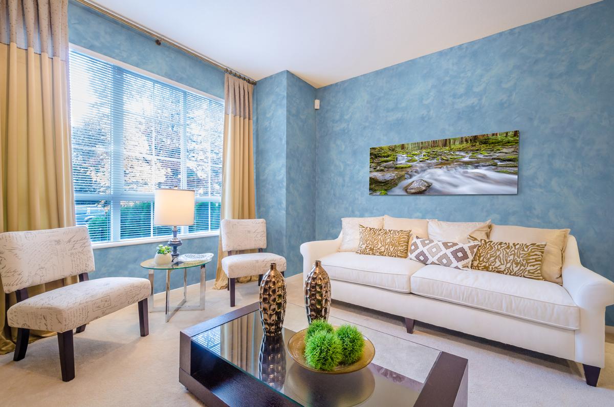 Голубая шпаклевка в отделке гостиной