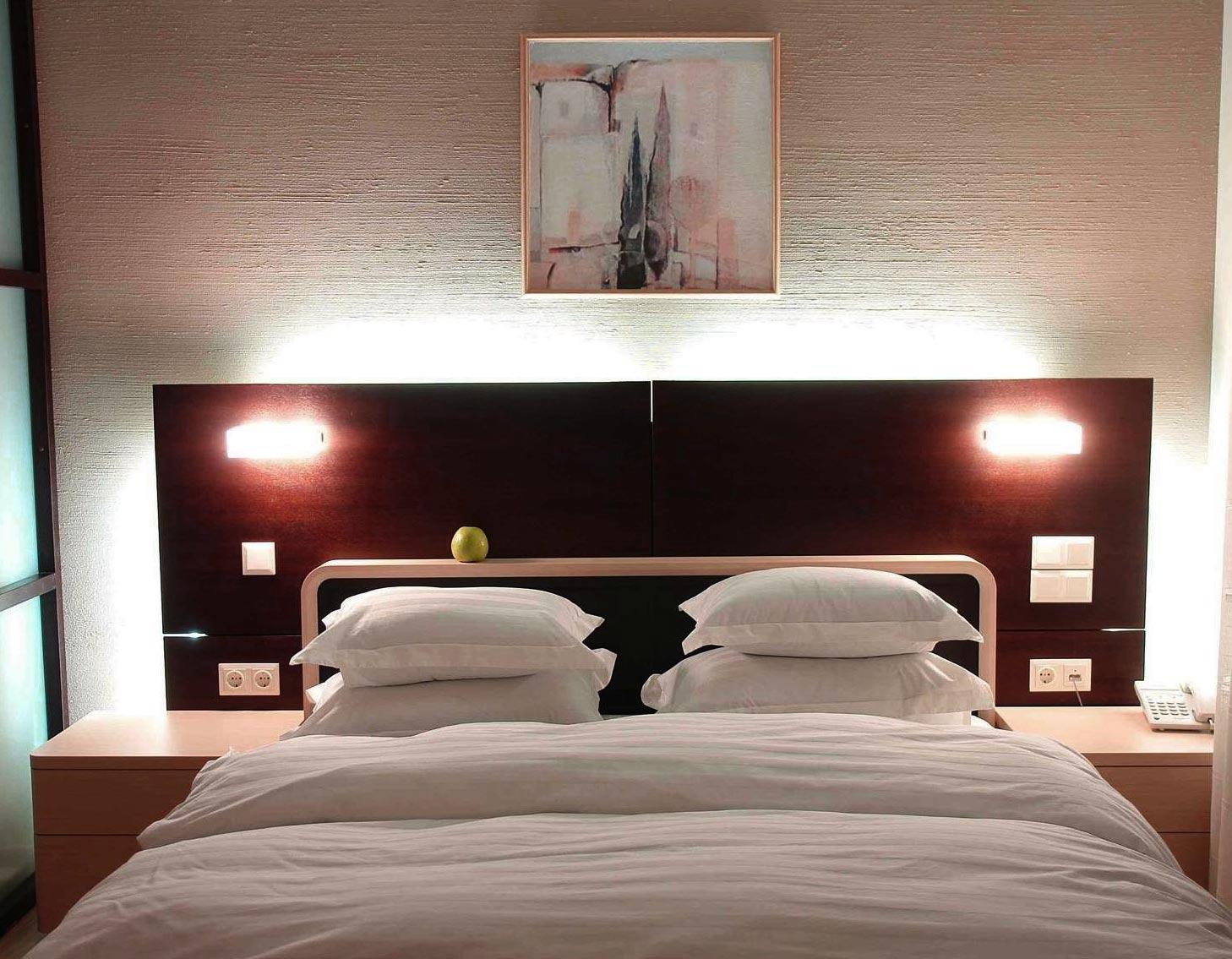 Белая шпаклевка в интерьере спальни